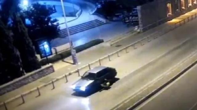 Polisi 400 metre sürükledi ! Şoke eden görüntü
