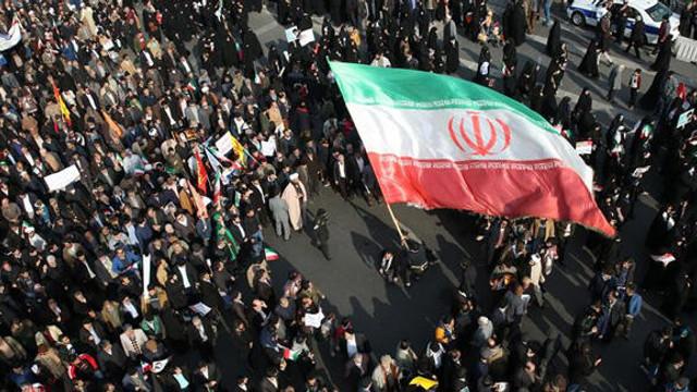 İran'da benzine yapılan zam sonrası ortalık karıştı