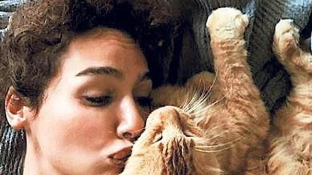 Kedisi kaybolan Birce Akalay yardım istedi