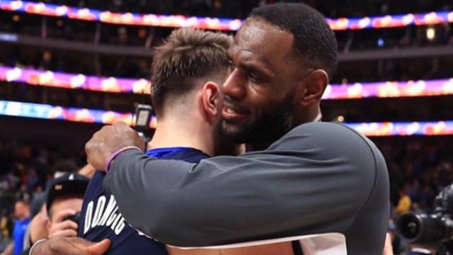 Tarihi performansların sergilendiği maçta kazanan Lakers