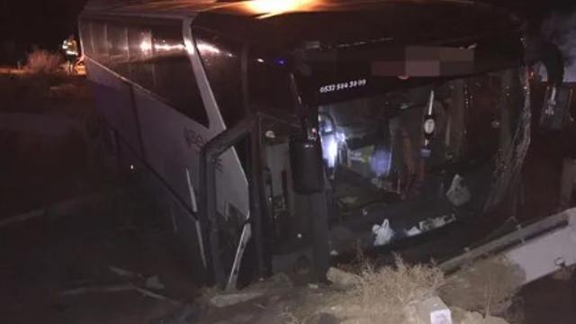 Bursaspor taraftarlarını taşıyan otobüs TIR'la çarpıştı