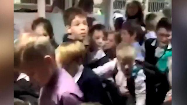 İlkokulda bomba ihbarı izdihamı! Çocuklar yaralandı