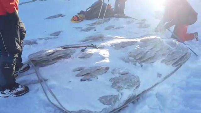 Kayıp dağcılar aranırken derede baton bulundu