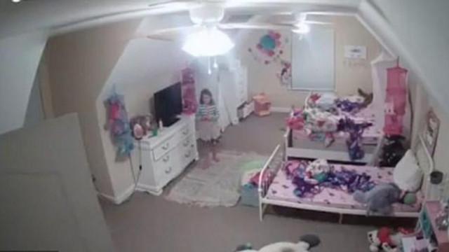 Küçük kız bebek kamerasında dehşeti yaşadı