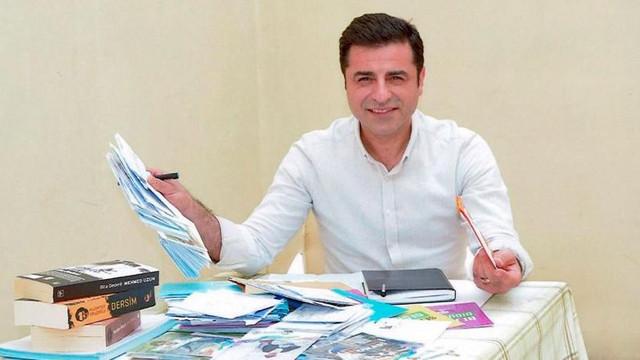 Selahattin Demirtaş, Leman dergisinde çizmeye başladı