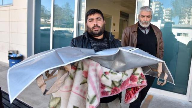 Bebeğinin cenazesini battaniyeye sarıp götürdü