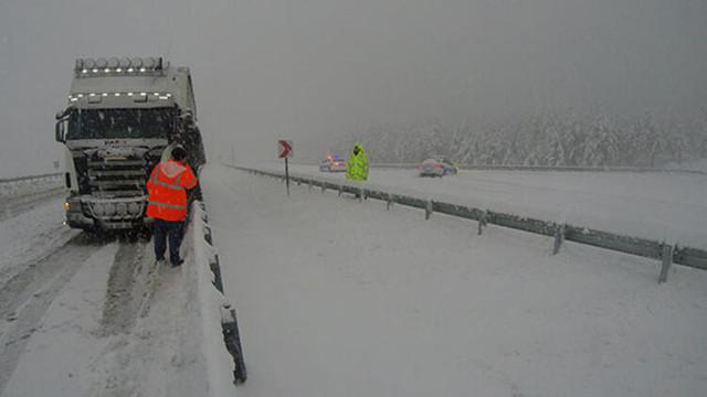 Kar yağışı yolu kapattı ! Ulaşım sağlanamıyor...