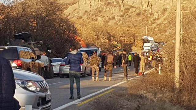 Askerleri taşıyan zırhlı araç devrildi: Yaralı askerler var