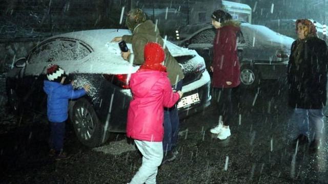 Meteoroloji uyarmıştı ! İstanbul'un yanı başında kar yağışı