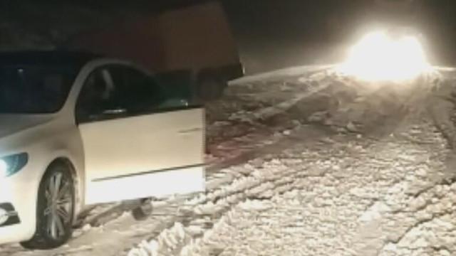 Kar bir anda bastırdı ! Araçlar yolda kaldı