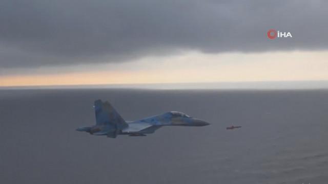 Su-27 savaş uçağı ile seyir füzesi yanyana uçtu!