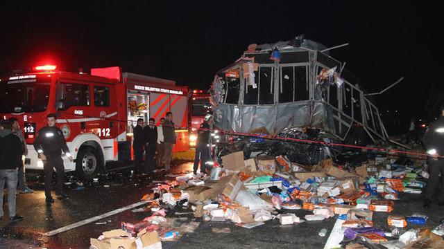 Yolcu otobüsü ile kargo TIR'ı çarpıştı: 2 ölü, 23 yaralı
