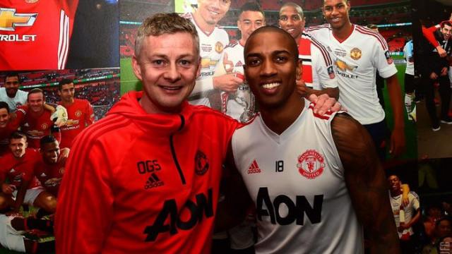 Manchester United Ashley Young'ın sözleşmesini 1 yıl uzattı