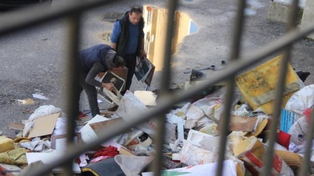 Atatürk resimlerini çöpten çıkardılar