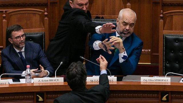 Başbakana kürsüde saldırı