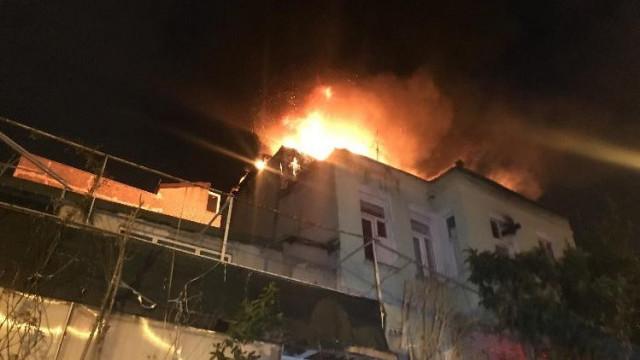 Fatih'te 3 katlı binada korkutan yangın