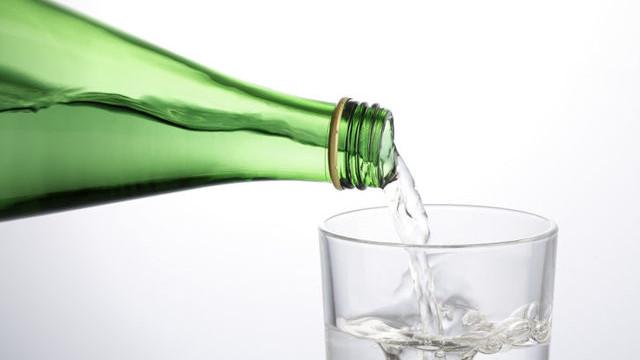 Uzmanlar uyardı ! Sakın maden suyunu bardakta içmeyin