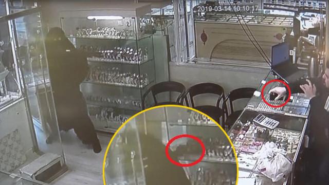 Çarşaf giyen soyguncuya bant kesici ile saldırdı