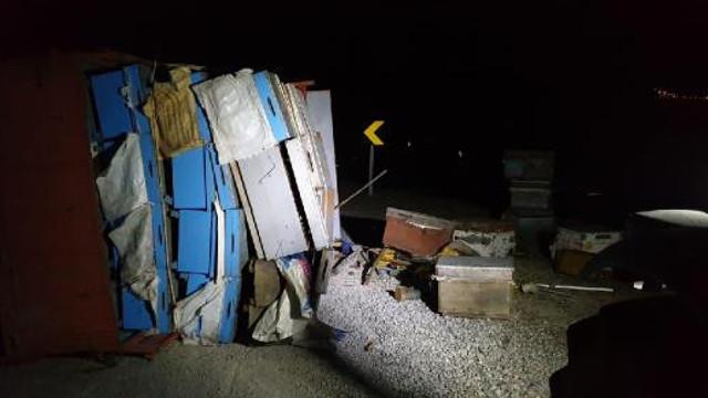 Arı kovanı yüklü kamyonet devrildi, ilçe paniğe kapıldı