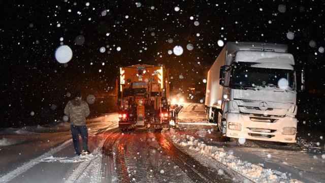 Kar yağışı geçit vermedi ! Onlarca araç mahsur kaldı