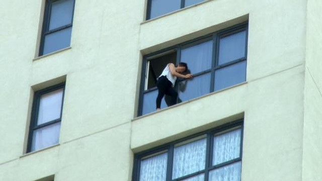 İstanbul'da dehşet! Genç kız sevgilisiyle tartışıp, cama çıktı...