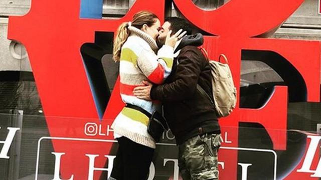 Güzel oyuncu Ceyda Düvenci kocasıyla aşka geldi