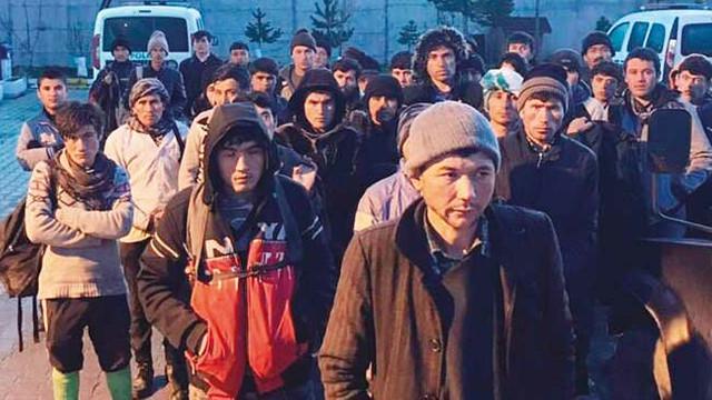 Türkiye sınırında ''dedikodu'' izdihamı