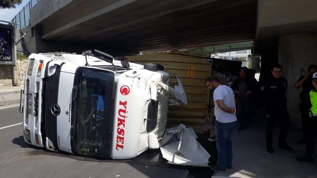 İstanbul'da köprü altına sıkışan TIR devrildi