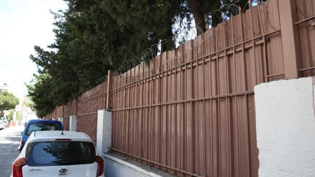 Okul duvarlarını jiletli tellerle çevirdiler