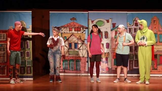 Yenimahalle'de minikler geri dönüşümü tiyatroda öğrendi