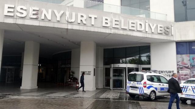 Esenyurt Belediyesi'nde bıçaklı şahıs alarmı