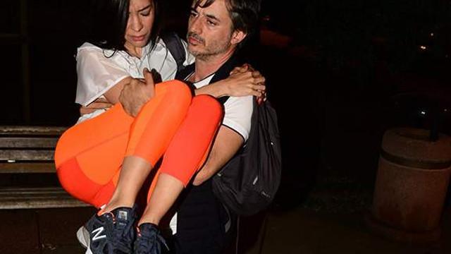 Bileğini burkan eşini kucağında taşıdı