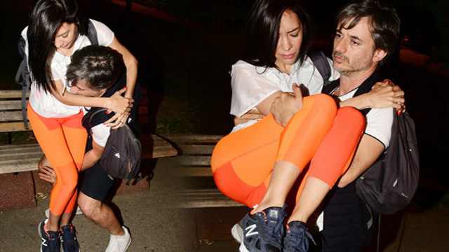 Ünlü şarkıcı eşini kucağında taşıdı