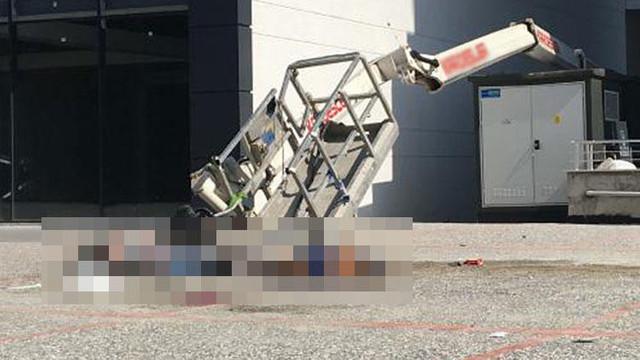 İşçileri taşıyan vinç devrildi: 2 kişi ölü