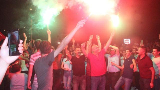 Servisçilerden İBB önünde kutlama