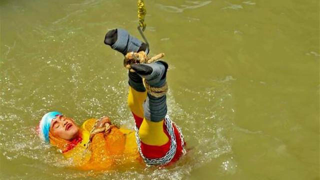 Sihir yapan illüzyonist nehirde kayboldu !