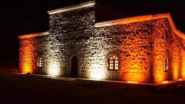 800 yıllık türbeyi millet kıraathanesi yaptılar