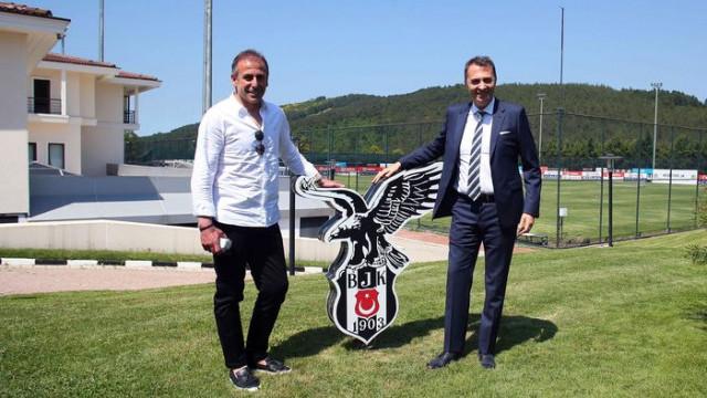 Beşiktaş'ta Abdullah Avcı sözleşme imzalıyor