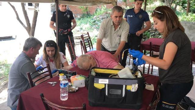 Yaşlı adam bir anda masaya yığıldı