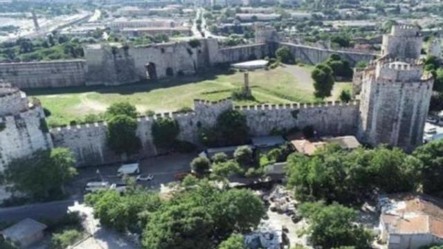 İstanbul'un 16 asırlık tarihi surları tehlike altında !