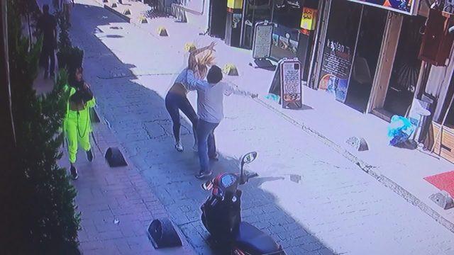 İki kadın sokak ortasında tekme tokat dövüldü