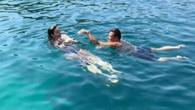 Fatih Ürek'in kız arkadaşıyla denizdeki yılan dansı olay oldu