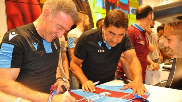 Ahmet Ağaoğlu önce taraftarlara, sonra futbolculara forma sattı