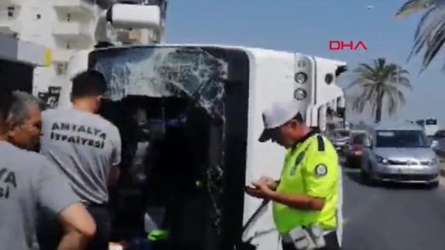 Antalya'da tur midibüsü devrildi: Rus turistler yaralı