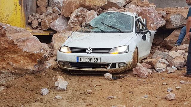 Korkunç ölüm ! Kamyondan dökülen kayaların altında kaldı