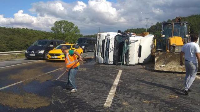 Eyüpsultan'da kamyon devrildi, trafik kilit !