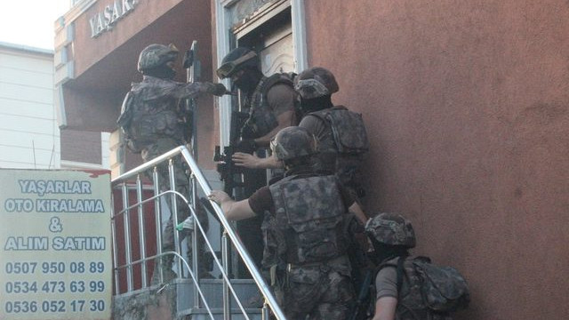 Polisi görünce banyonun camından attı !