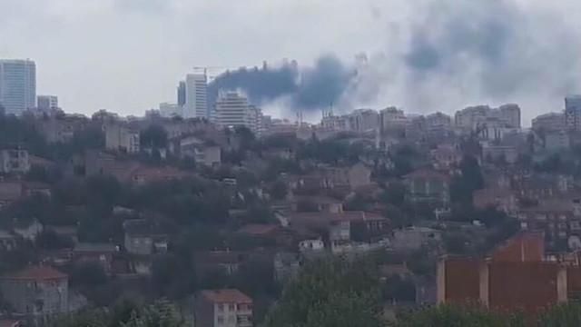 İstanbul'da 29 katlı binada yangın paniği! Dumanlar gökyüzünü sardı...