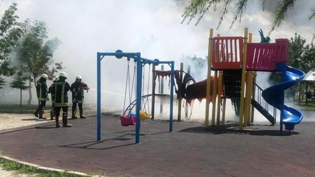 Çocuk parkındaki oyun gruplarını yaktılar !