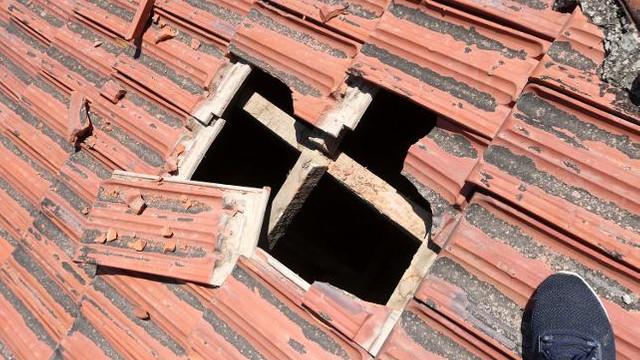 Eve düşen buz kütlesi çatıyı deldi !